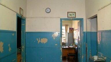 Moradores reclamam de más condições de escola municipal de Angatuba - Pais de alunos de uma escola municipal de Angatuba estão muito preocupados com as condições do prédio em que mais de 300 crianças estudam. Segundo eles, a estrutura do local está com várias rachaduras e algumas salas estão com mofo por causa de infiltrações.