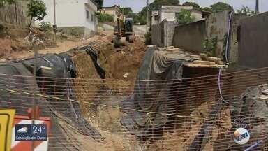 Prefeitura inicia obras para tapar cratera gigante em Passos (MG) - Prefeitura inicia obras para tapar cratera gigante em Passos (MG)