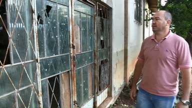 População reclama de situação de salão comunitário do bairro Presidente - Moradores dizem que local está abandonado e com mato alto no entorno.