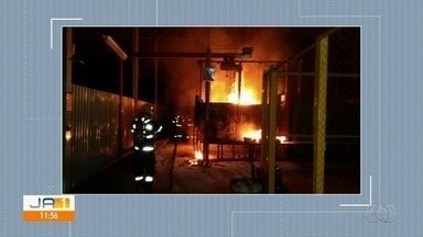 Vizinhos se assustam com incêndio em indústria, em Aparecida de Goiânia - Fogo começou durante a madrugada desta terça-feira (26). Vizinhos do Setor Parque Industrial acionaram os bombeiros.