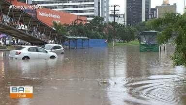 Chuva causa transtornos e alagamentos na Av. ACM em Salvador - A chuva forte atingiu diversos pontos da capital baiana na segunda (25).