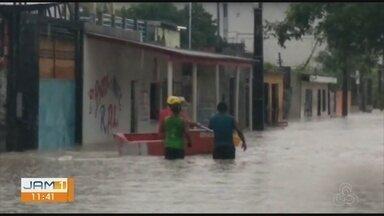 Chuva invade casas e causa prejuízos para moradores da Zona Leste de Manaus - Rua das Tulipas ficou alagada.