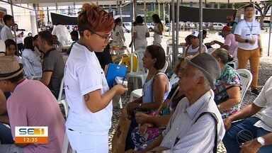 Servidores da área da saúde realizam protesto e atendem população em praça de Aracaju - Eles buscavam chamar a atenção para as dificuldades da categoria.