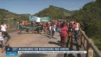 Indígenas protestam contra a municipalização da saúde e bloqueiam SC-480 no Oeste - Indígenas protestam contra a municipalização da saúde e bloqueiam SC-480 no Oeste