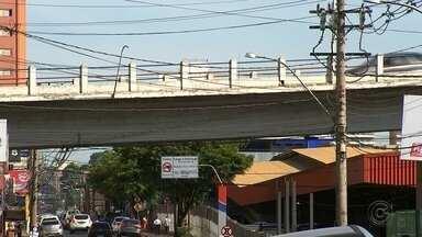 Prefeitura de Rio Preto limita acesso de veículos pesados em viaduto - A Prefeitura de São José do Rio Preto (SP) limitou o acesso de veículos pesados no viaduto Abreu Sodré, que liga as avenidas Alberto Andaló e Philadelpho Gouveia Netto.