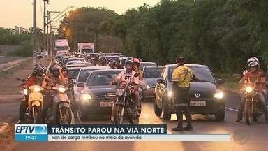 Acidente deixa o trânsito lento na Via Norte em Ribeirão Preto - Van tombou no meio da pista e motorista alegou problema nos freios.