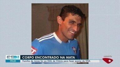 Pais de Jonas Amaral fazem exame de DNA para confirmar se corpo é do filho - Polícia investiga se corpo encontrado em Dores do Rio Preto no sábado (23) é de Jonas do Amaral, suspeito de espancar a namorada Jane Cherubim. Ele está foragido.