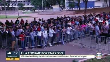 Milhares de pessoas continuam na fila do emprego no Centro de SP - Sindicato dos Comerciários cadastram 6 mil vagas de trabalho