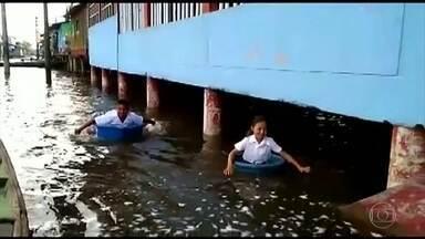 Crianças precisam remar em baldes para sair da escola após enchente, no Peru - Pelo menos 51 pessoas morreram e mais de 13 mil foram afetadas pelas inundações na região amazônica do Peru. A previsão é de mais chuva por, pelo menos, uma semana.
