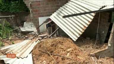 Duas crianças morrem soterradas em deslizamento de barreira em Paulista (PE) - Treze mil famílias vivem em área de risco na cidade. Toda vez que chove os moradores ficam em alerta.