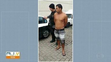 Polícia prende suspeito de assaltar turistas na Estrada das Paineiras - A polícia prendeu um suspeito de assaltar turistas na Estrada das Paineiras. As vítimas chegaram a ser levadas para o Morro dos Prazeres, em Santa Teresa.