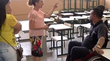 Morador de Arujá volta às aulas e realiza o sonho de terminar os estudos - O Isac é cadeirante e teve dificuldade em conseguir uma escola por falta de acessibilidade, mas a partir de segunda-feira ele vai voltar às aulas.