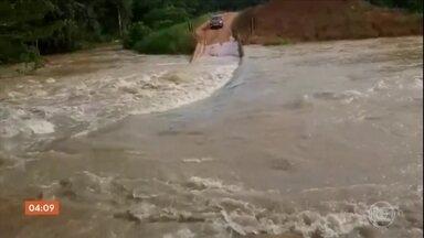 Famílias seguem isoladas três dias após rompimento de barragem em Rondônia - Muitas famílias ainda estão isoladas no distrito de Oriente Novo. A enxurrada provocada pelo rompimento da barragem arrastou várias pontes.