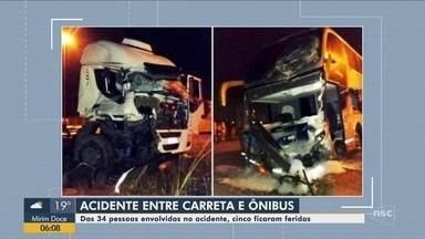 Colisão entre caminhão e ônibus deixa feridos em Guaramirim - Colisão entre caminhão e ônibus deixa feridos em Guaramirim