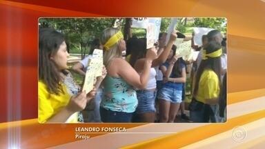 Pais, alunos e funcionários protestam contra fim do Projeto Guri em Piraju - Pais, alunos e funcionários do Projeto Guri participaram, no domingo (31), de uma manifestação contra o fim dos repasses de verbas do governo do Estado para o projeto na cidade.