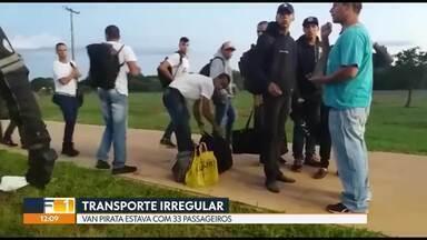 PM flagra motorista com van pirata superlotada - A van pirata tinha 33 passageiros. A capacidade era de 16. Motorista foi abordado perto do Palácio do Planalto.