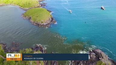 Água do canal Itajuru, em Cabo Frio, RJ, aparece com tons de verde e marrom - Assista a seguir.