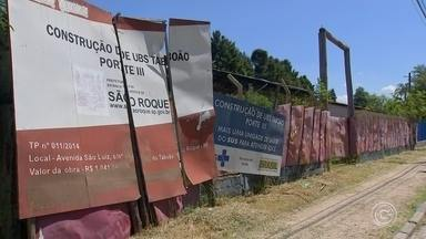 Moradores de São Roque cobram conclusão de duas obras de unidades de saúde - Em São Roque (SP), os moradores cobram a conclusão das obras de duas Unidades Básicas de Saúde. Elas começaram a ser construídas em 2014, mas as obras estão abandonadas, juntando mato e sendo invadidas por moradores de rua. Se faltam unidades de saúde, sobram reclamações.