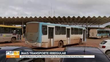 Ônibus pirata pega passageiros na rodoviária de Planaltina - Ele estaciona numa baia da rodoviária de Planaltina como se fosse um ônibus regular. Leva os passageiros até Marajó, em Cristalina, Goiás. ANTT diz que ele não tem autorização para rodar.