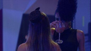 Carolina dá comando e brothers 'congelam' na pista de dança - Sister fala motivo de troca de roupa