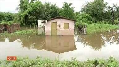 Moradores abandonam casas por causa do alto nível do Rio Coreaú, em Granja (CE) - A água do rio subiu quase quatro metros acima do normal.