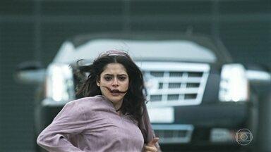 Fauze e Jamil perseguem Laila - Laila corre e consegue despistar os dois. Fauze repreende Jamil por questionar as ordens do sheik