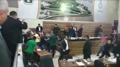 Vereadores trocam socos e pontapés em sessão da Câmara de Macapá - A sessão foi pra escolher o presidente da Câmara Municipal de Macapá. Um dos vereadores pediu a suspensão da sessão e começou um bate-boca que terminou em briga, envolvendo vereadores e outras pessoas presentes.