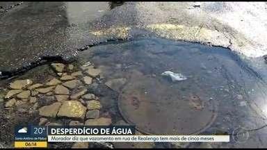 Vazamento de água em Realengo já dura cinco meses - A água está jorrando na Rua Roseira. Moradores dizem que a Cedae já foi ao local mas o problema não foi resolvido.