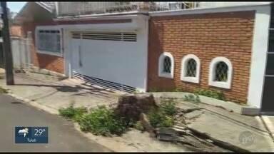 'Até Quando?': tocos de árvores causam problemas para moradores de Piracicaba - Duas árvores foram retiradas da Rua Santos Dumont, na Vila Independência, em Piracicaba (SP), ainda em maio de 2018. Os dois tocos das árvores, o entanto, permanecem no local.