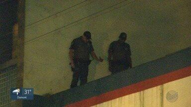 Assaltante que estava escondido no telhado de comércio é preso em Ribeirão Preto, SP - Homem entrou na loja depois que os funcionários foram embora.