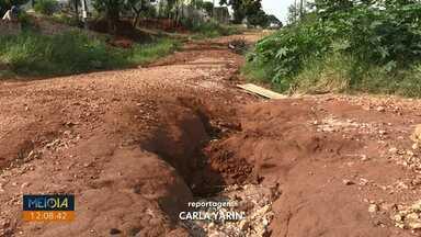 Moradores reclamam de rua de terra com crateras no Jardim Planalto, em Ponta Grossa - Caminhonete precisou ser guinchada depois de ficar presa em um dos buracos.