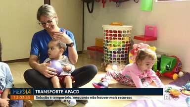 Alunos da Apacd voltam a ter transporte até instituição em Ponta Grossa - Apesar disso, eles continuam ficando menos tempo em sala de aula, o que é motivo de reclamação entre os pais.