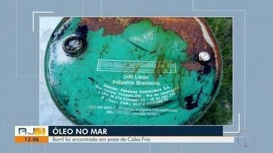 Barril é encontrado em praia de Cabo Frio, no RJ - Óleo preto e denso apareceu no mar de Arraial, Búzios e Cabo Frio, na Região dos Lagos.