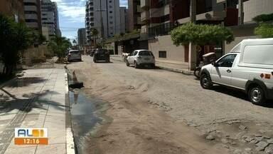Buraqueira prejudica moradores da Jatiúca - Segundo a comunidade local, burracos na pista ocorreu após obra de tubulação realizada no local.