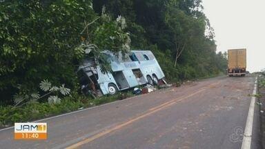 Ônibus colide com caminhão na BR-174 - Acidente ocorreu dentro da reserva indígena Waimiri-Atroari.
