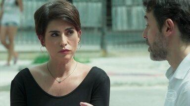 Osvaldo afirma que vai limpar a barra de Solange no Sapiência - Solange fica aflita com sua situação e teme perder o emprego