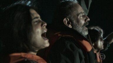 O bote em que Laila e sua família estão é atacado - Para se salvar, Laila se joga nas águas do Mediterrâneo