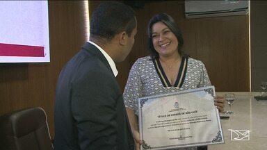 Chefe de redação da TV Mirante, Eveline Cunha, recebe o título de cidadã ludovicense - Nascida em Fortaleza, ela mora em São Luís há quase 40 anos, sendo que 25 deles são dedicados ao jornalismo.