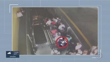 Homem para escada rolante para descer mais rápido de estação de BH - Movimento de pessoas descendo pela escada rolante era grande.