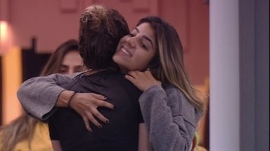 Hariany abraça Paula: 'Você é forte' - Sister abraça Paula