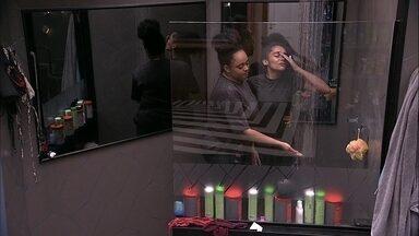 Rízia ajuda Gabriela a tomar banho depois de mais de 24 horas de prova - Sister ajuda Gabriela