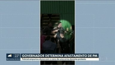 Afastado o policial que empurrou aluna com o cano da arma - A confusão foi numa escola estadual em Guarulhos, durante um protesto de estudantes contra a direção