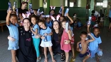 Voluntários arrecadam chocolates para alegrar a Páscoa de famílias carentes de Bauru - Diversos grupos de voluntários de Bauru (SP) estão se mobilizando para fazer a Páscoa de famílias carentes, mais alegre.