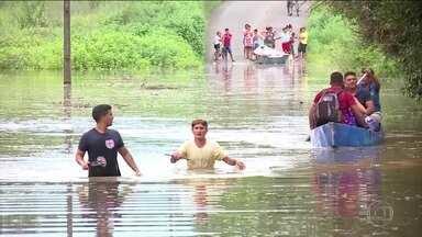 Centenas de famílias abandonam as casas por medo de alagamentos em Teresina - O nível dos dois rios que cortam a cidade de Teresina subiu muito nas últimas horas. A situação mais grave é a do rio Poti. A altura normal é de cerca de dois metros e agora já passa de 11.