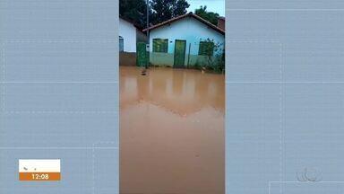 Moradores ficam ilhados nas ruas após chuva intensa em setor de Tocantínia - Moradores ficam ilhados nas ruas após chuva intensa em setor de Tocantínia