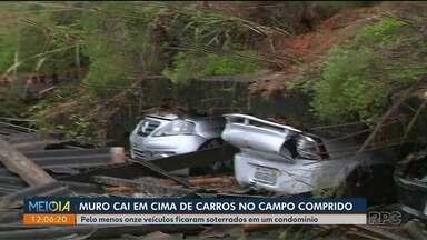 Muro cai em cima de carros no Campo Comprido - Veículos ficaram destruídos.