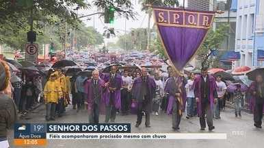 Fiéis acompanham procissão do Senhor do Passos em Florianópolis - Fiéis acompanham procissão do Senhor do Passos em Florianópolis