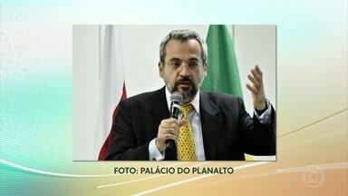 Bolsonaro anuncia saída de Ricardo Vélez do MEC; Abraham Weintraub é o novo ministro - O presidente Jair Bolsonaro anunciou na manhã desta segunda-feira (8) a demissão do ministro da Educação Ricardo Vélez Rodriguez. O novo ministro será o professor Abraham Weintraub.