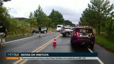 Duas pessoas morrem e três ficam feridas em acidente na BR-153 - Dois carros bateram de frente.