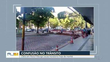 Obra em Nova Friburgo, RJ, causa transtorno no trânsito na manhã desta segunda (8) - Assista a seguir.
